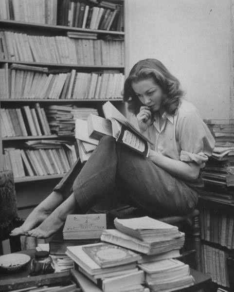 Sylvia Plath surrounded by books. (Ecrivaine américaine - 1932-1963 : poétesse, romancière et nouvelliste)