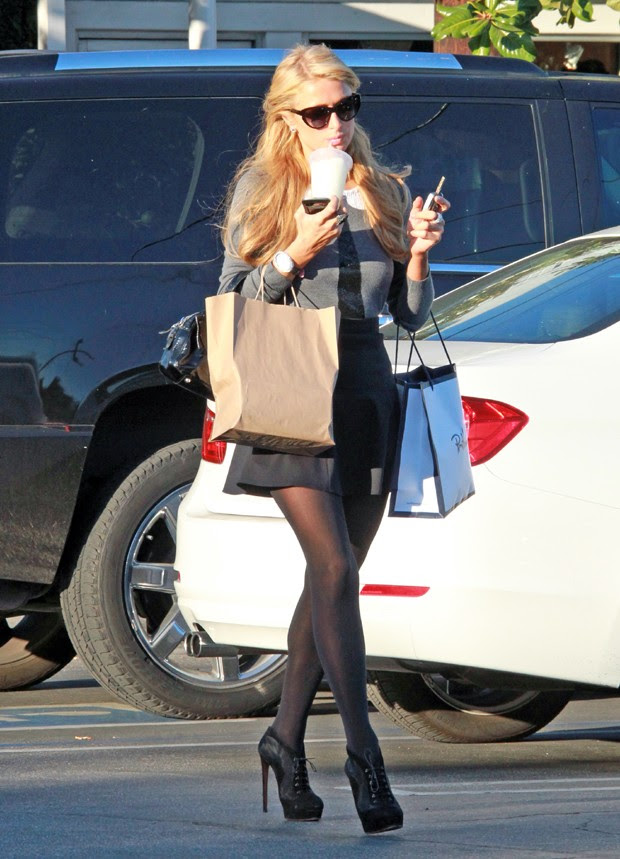 Paris Hilton foi às compras neste domingo (Foto: AKM/GSI)