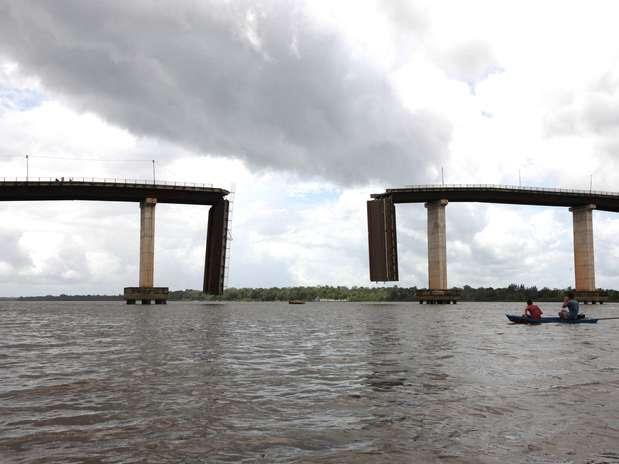 Um dos pilares de sustentação da pontefoi atingido por balsae parte da estrutura, formada por um complexo de pontes, se rompeu Foto: Rodolfo Oliveira / Agência Pará/Divulgação
