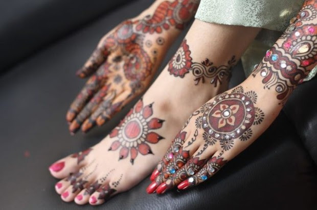 Beautiful-Indian-Bridal-Wedding-New-Mehndi-Designs-Photos-Embroidery-Dulhan-Feet-Mehndi-8