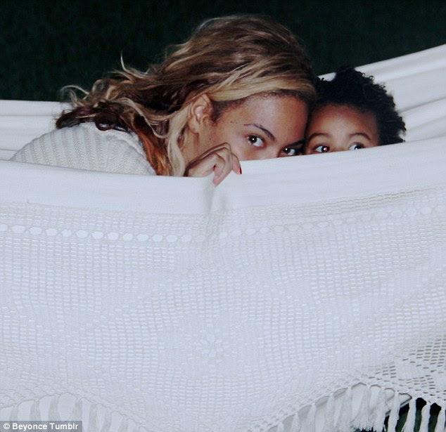 Baby Blue gözler!  Beyonce bir hamak çalma süresi bu resim paylaştı