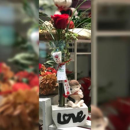 Cupido Con Una Rosa Roja Aralia Flors
