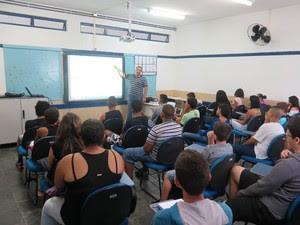 Professor utiliza lousa digital para dar aula de matemática em escola de Itanhaém (Foto: Mariane Rossi/G1)
