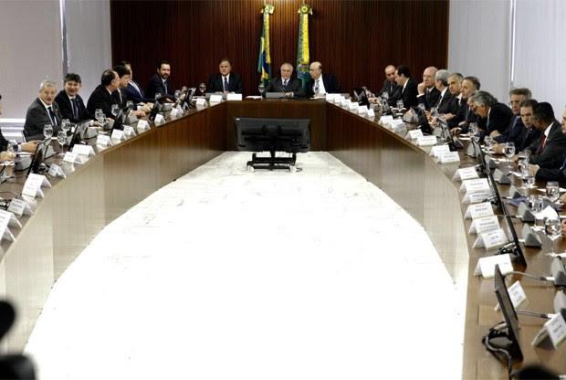 O presidente em exercício Michel Temer durante reunião com líderes da base aliada no Palácio do Planalto (Foto: Reprodução/Twitter)