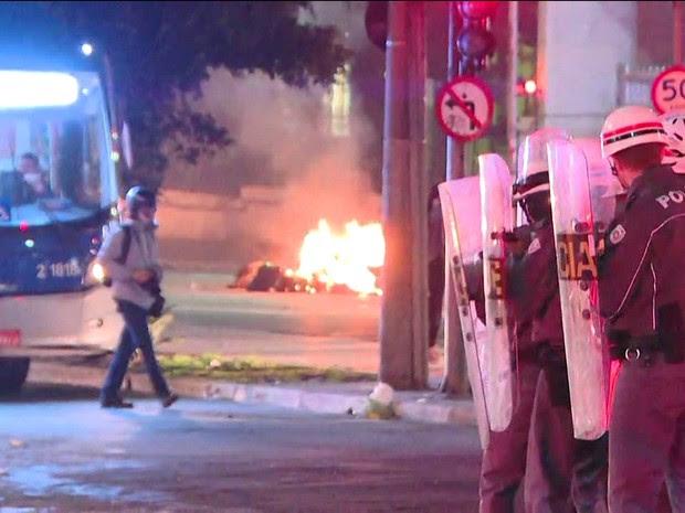 Polícia Militar joga bombas de gás lacrimogêneo para dispersar manifestação na Rua da Consolação (Foto: TV Globo/Reprodução)
