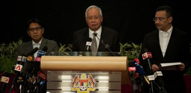 O premiê da Malásia, Najik Razak, anuncia que o voo MH370 caiu no Índico e que não há sobreviventes