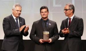 Moro recebe um prêmio de João Roberto Marinho, à sua esq: cúmplices
