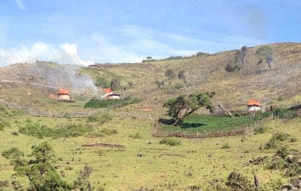 Los guardas forestales prenden fuego a los hogares de la tribu sengwer en las colinas Cherangany de Kenia.