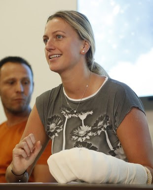Petra Kvitova; mão enfaixada; tênis (Foto: AP)