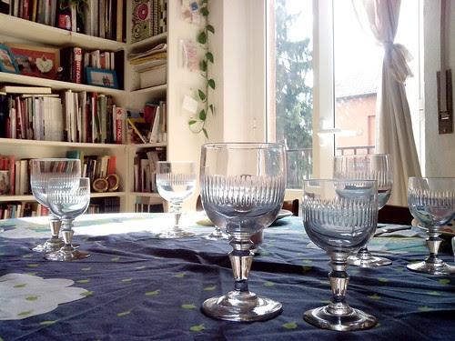 Bicchieri pronti sul tavolo by Ylbert Durishti