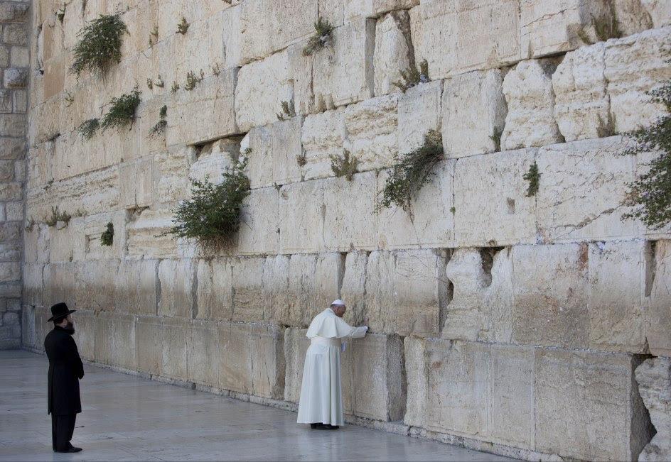 El papa Franciso reza en el Muro de las Lamentaciones