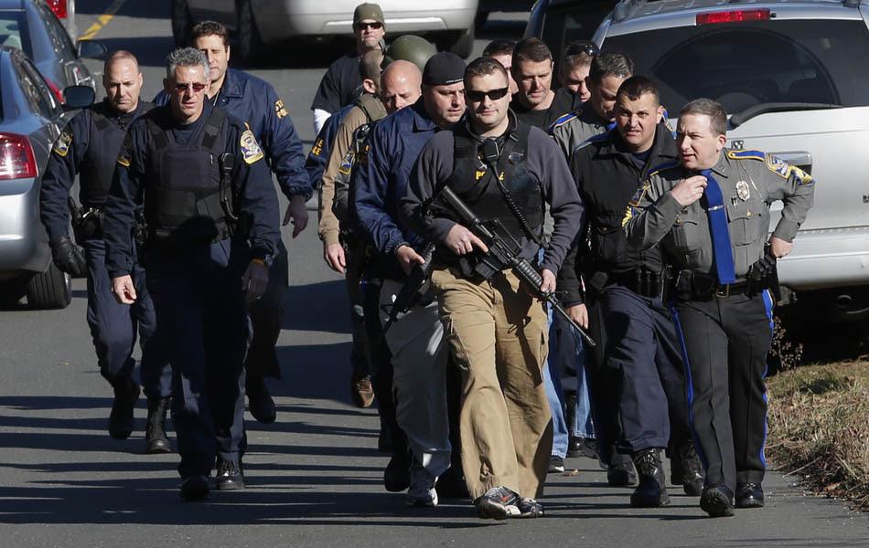 Policiais chegam na escola depois do tiroteio que matou 27 pessoas