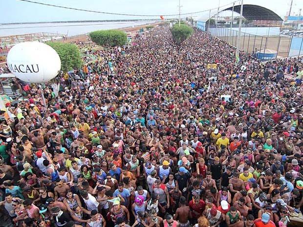 Milhares de pessoas participaram do mela mela ao som de Grafith em Macau (Foto: Canindé Soares/G1)