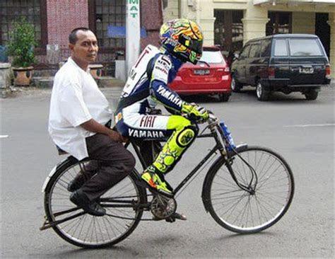 gambar lucu rossi naik sepeda onthel foto  gambar lucu