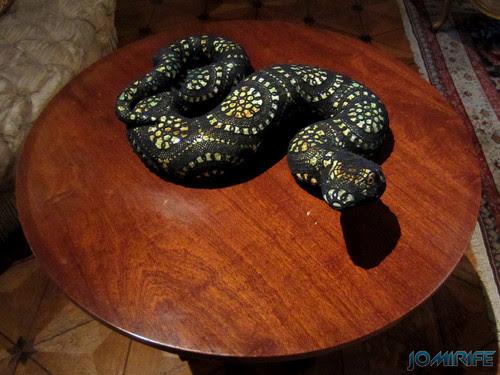 Joana Vasconcelos - Imarí Preta 2012 aka Cobra com renda preta [EN] Imari - Snake with black lace
