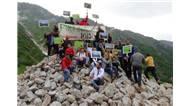 """Rize'nin en yüksek yerleşim yeri olan 2350 rakımlı Kavrun Yaylası'nda bir araya gelen çevreciler, """"Yeşil Yol Projesi""""ni protesto etti"""