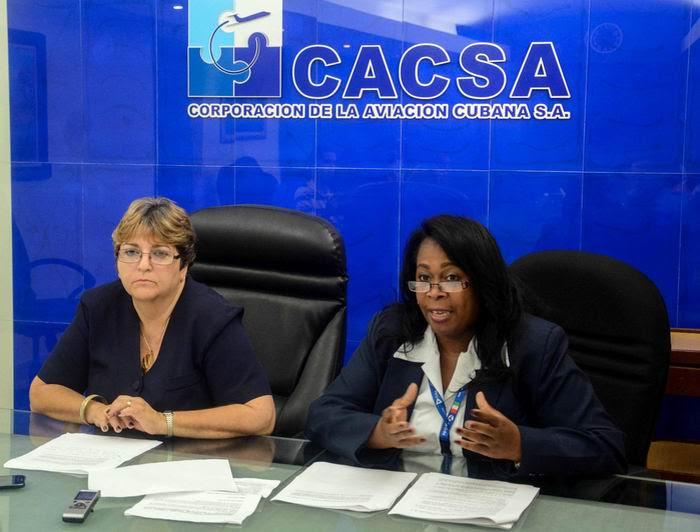 Mercedes Vázquez (I), directora de Transporte Aéreo y Relaciones Internacionales del Instituto de Aeronáutica Civil de Cuba (IACC), y Adis Sánchez (D), jefa del departamento de Asesoría Legal del IACC, durante su intervención en la conferencia de prensa de directivos de esa entidad, en la sede de la Corporación de la Aviación Cubana S.A., en La Habana, el 12 de junio de 2018. Foto: Abel Padrón