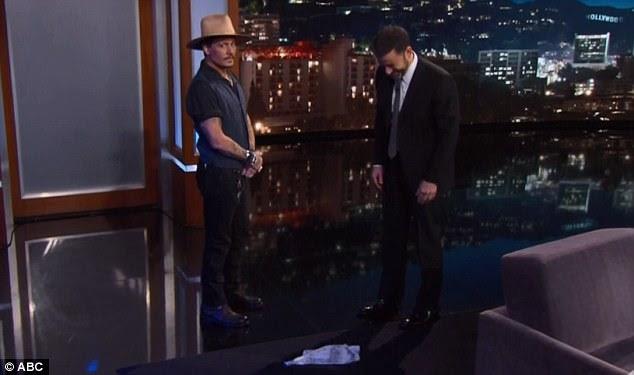 Lenço deixado cair: O ator deixou cair um lenço no chão enquanto subia ao palco