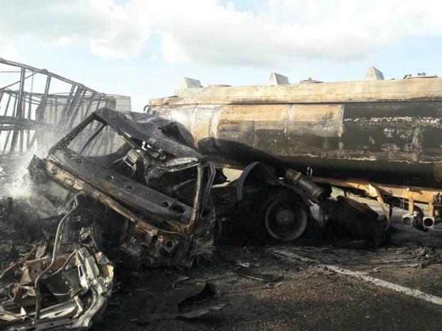 Carretas pegaram fogo após colisão em rodovia de MT (Foto: Divulgação/Polícia Rodoviária Federal)