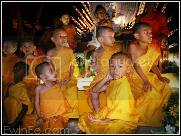 little-monks-on-wesak-day