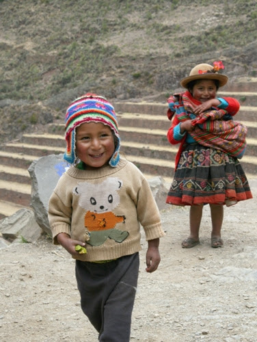 Children playing in Pisaq — October 2008
