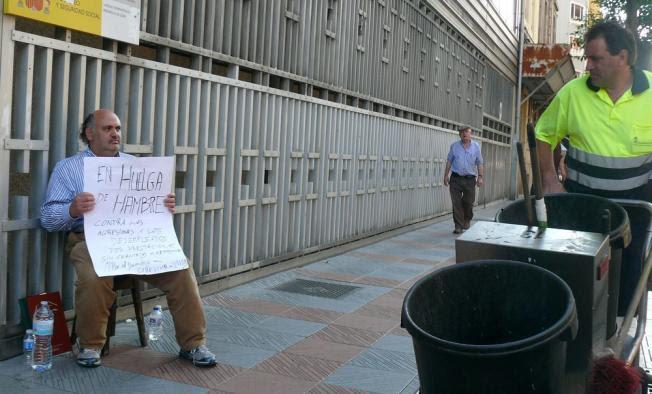 Ramiro Pinto, este martes, durante su primera jornada de huelga de hambre ante la Delegación de Trabajo.