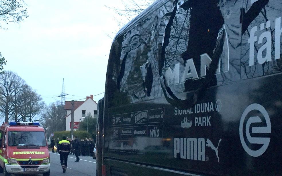 Ônibus do Borussia Dortmund danificado após explosão na terça-feira (11), quando o time estava a caminho do estádio para jogo contra o Moncao (Foto: Carsten Linhoff/dpa/AFP)