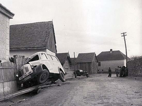 "István Kováts jun.: Investigation on the spot of an accident. Székelyudvarhely (Odorheiu Secuiesc), 1950s (From the album ""Képgyártó dinasztia Székelyudvarhelyen. A Kováts-napfényműterem száz éve"" (A picture-manufacturing dynasty in Székelyudvarhely. The hundred years of the Kováts Sunshine Studio)"
