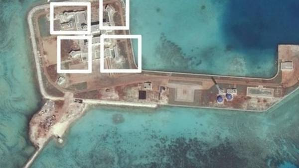 Imágen por satélite que muestra sistemas antiaéreos en la isla artificial china de Hughes (Digitalglobe / Reuters)