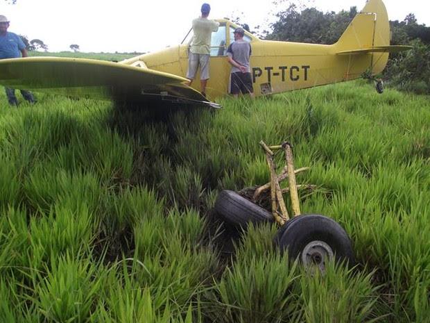 Avião teve pane e fez pouso forçado em fazenda, em Talismã (Foto: Divulgação/Defesa Civil Talismã)