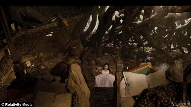 Intrincada: As cenas da floresta não são menos impressionantes, como Branca de Neve é salva por seu anões
