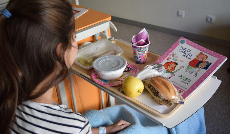 Durante estos días las bandejas del desayuno regalarán lápices y ceras de colores a los pequeños pacientes, entre otras sorpresas