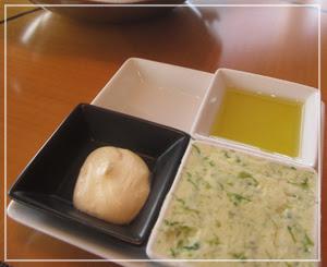 マンダリンオリエンタル東京「KSHIKI」にて。パンの添え物が面白いです。