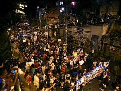 Manifestantes en la favela de Rocinha. REUTERS/Pilar Olivares