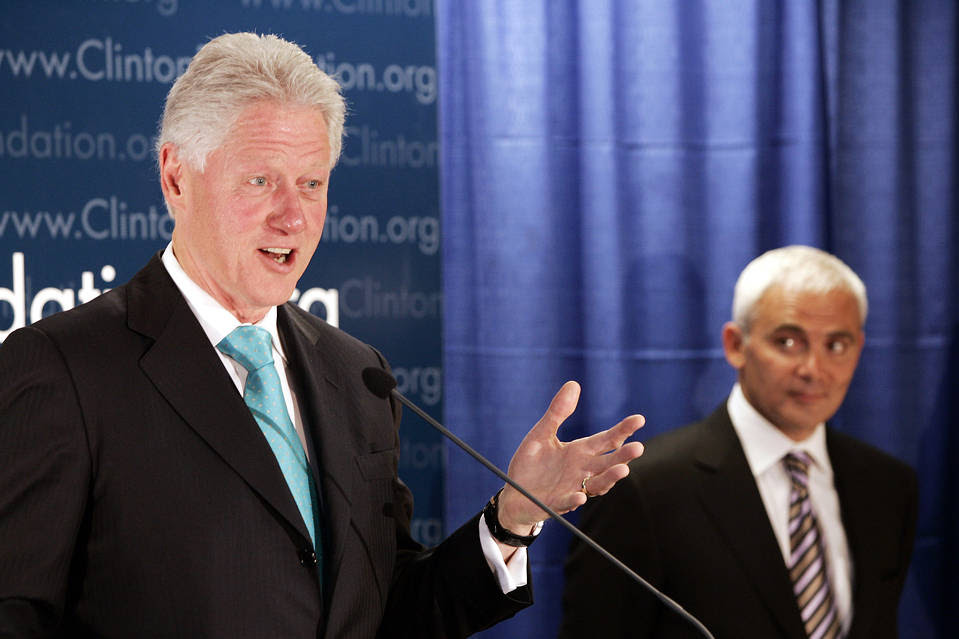 Former President Bill Clinton and Frank Giustra announcing an initiative in 2007.