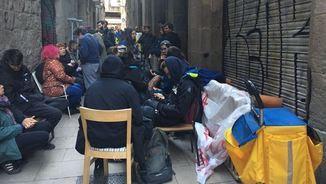 Un grup de veïns ha evitat el desnonament d'una vintena de persones que ocupaven un immoble del carrer Correu Vell, al Barri Gòtic