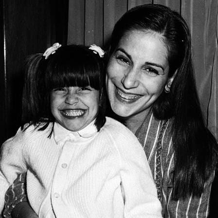 Cleo Pires sorridente e maria-chiquinha com a mãe, Gloria Pires