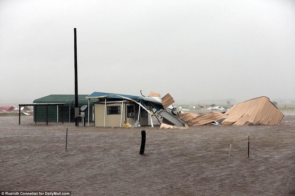 Les eaux d'inondation balayent Victoria samedi, le même comté où un chien a été repéré en chaîne à un poteau téléphonique