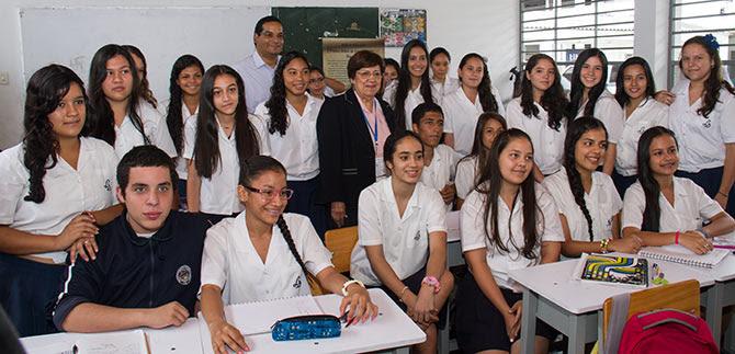 Científica caleña destaca apoyo de la Alcaldía a la educación