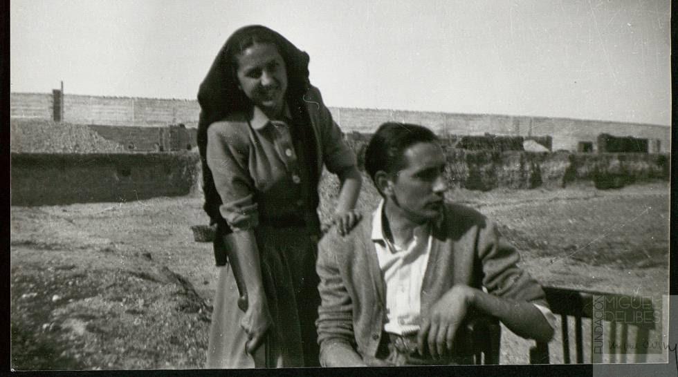 Miguel Delibes, con su esposa, Ángeles de Castro, en los años cuarenta.