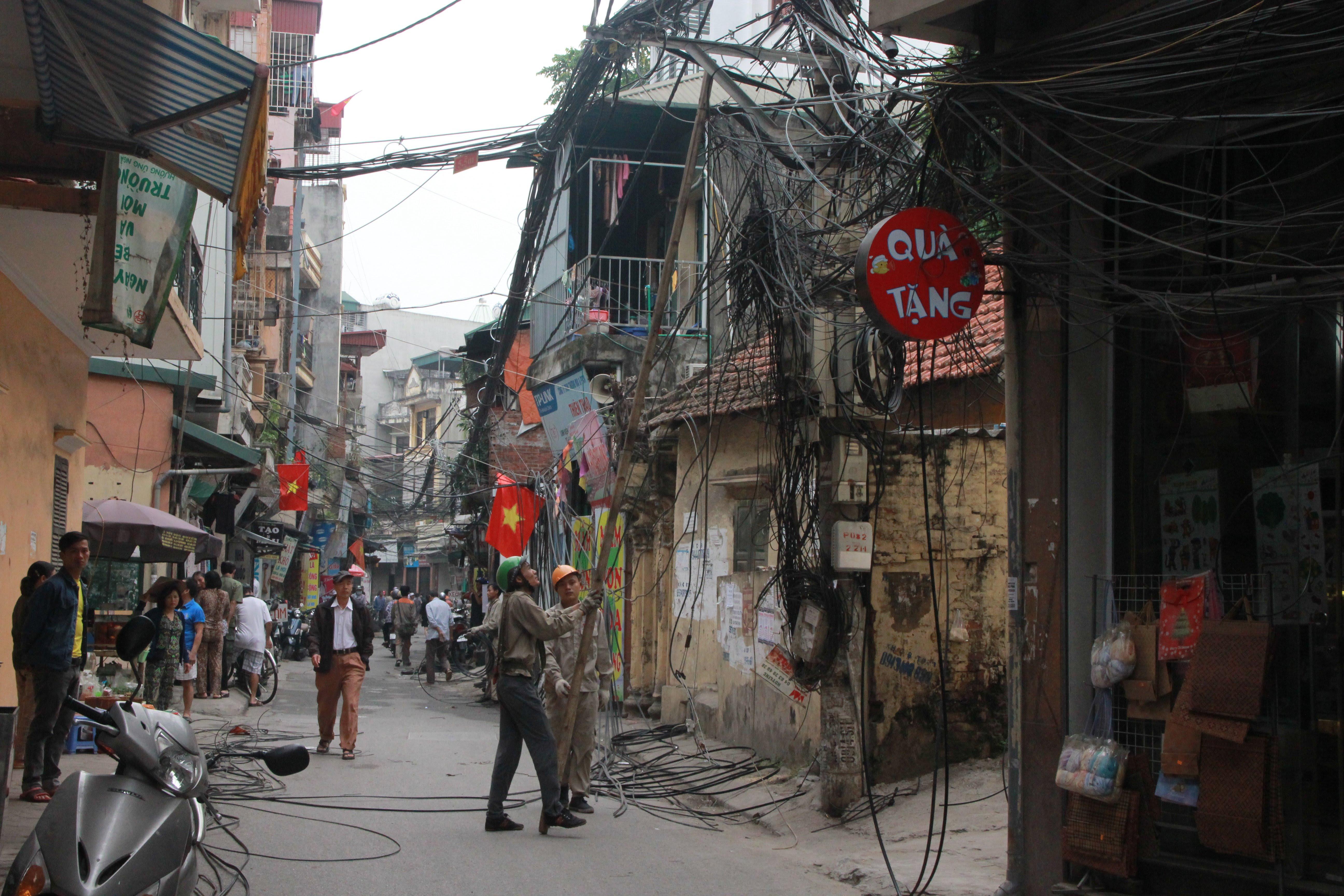 Hình ảnh Cận cảnh dọn ổ mạng nhện khổng lồ ở Hà Nội số 2