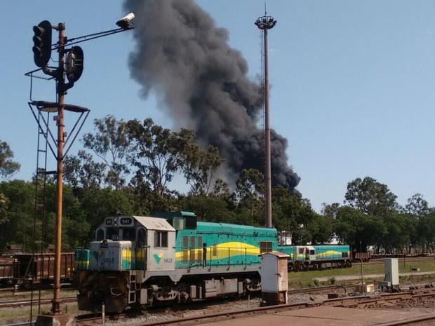 Fumaça vista do trem da Vale (Foto: VC no ESTV)