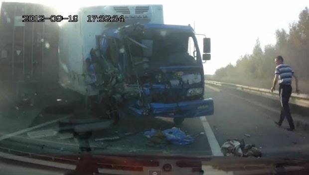 Condutor saltou pelo para-brisa do veículo aparentemente sem ferimentos. (Foto: Reprodução)