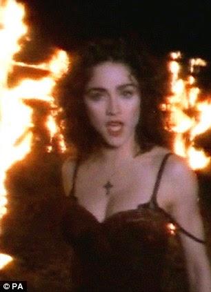 1989: Uma ainda de vídeo de Madonna em 1989 para Like A Prayer, em que a cantora seduziu Jesus