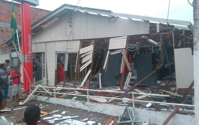 Agência teve estrutura completamente destruída após explosão, na madrugada deste sábado (Foto: Lucas Paulo Monteiro da Silva/ Arquivo pessoal