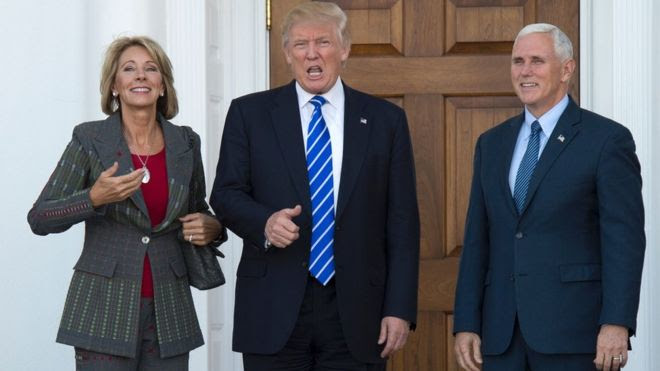 Tổng thống đắc cử Mỹ Donald Trump (giữa)