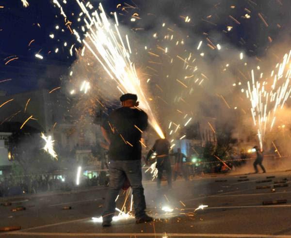 Εντυπωσιακός και φέτος ο σαϊτοπόλεμος στην Καλαμάτα (βίντεο και φωτογραφίες)