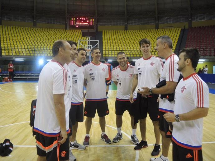 Comissão técnica do Flamengo conversa depois do treino da tarde de quinta-feira no ginásio Neuza Galetti (Foto: Marcello Pires)