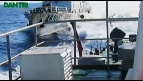 Cận cảnh tàu Trung Quốc đâm tàu Việt Nam, phun vòi rồng