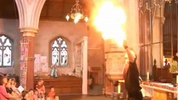 Padre cospe fogo durante missa para atrair fiéis no Reino Unido (Foto: BBC)